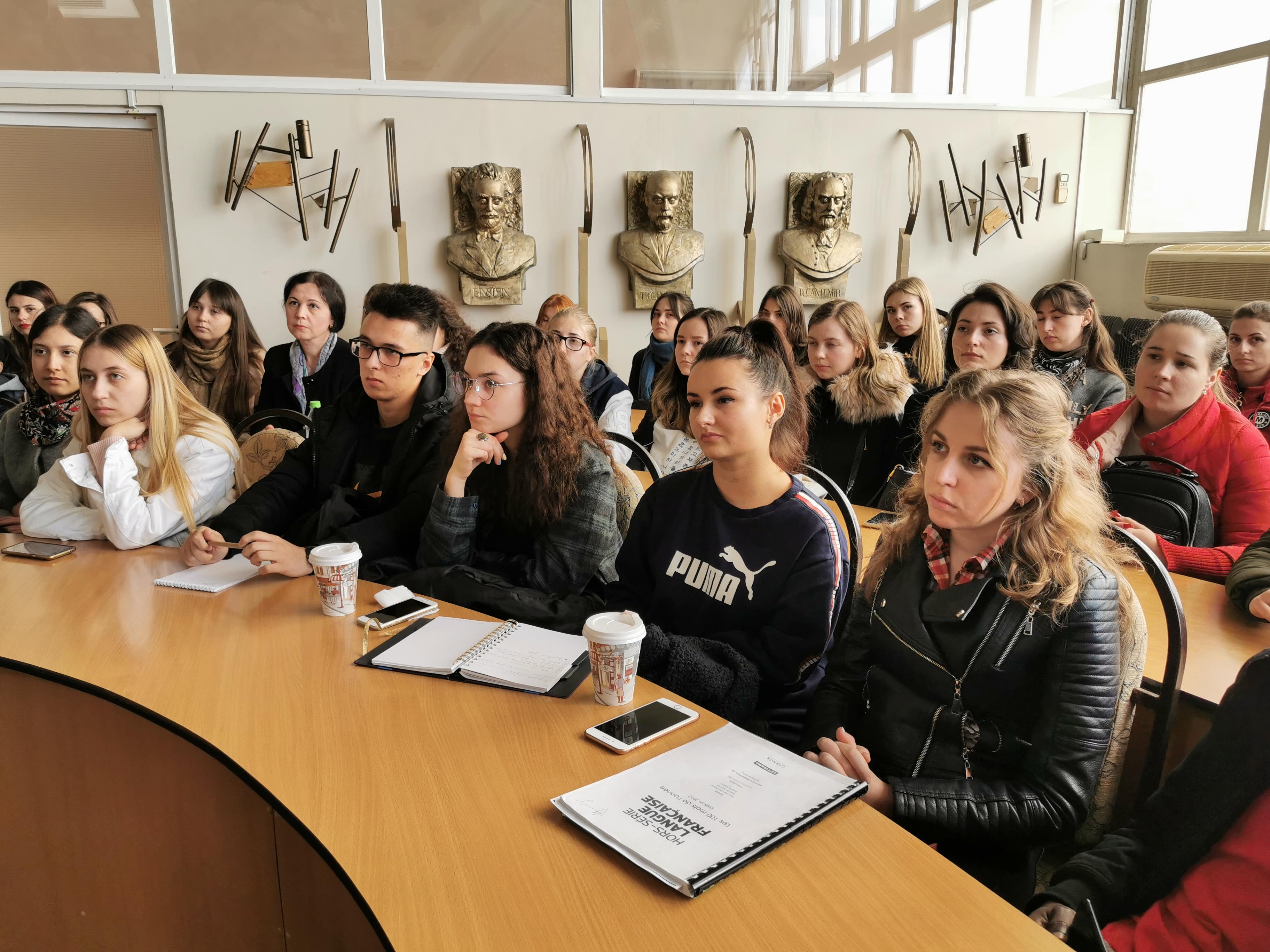 """Studenții de la Facultatea Litere au participat la training-ul """"Ghid practic pentru interpreți de conferință"""""""